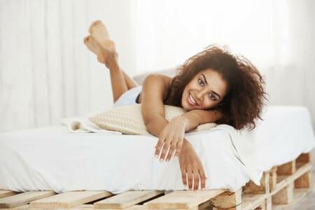Como domotizar mi habitacion - mujer en la cama