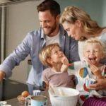 Domotica en casa - familia feliz